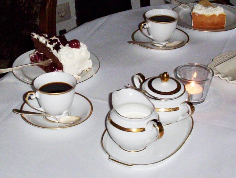 Kaffeetisch gedeckt mit Omas Porzellan